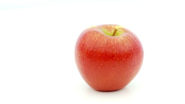 rotující jablko na bílém pozadí