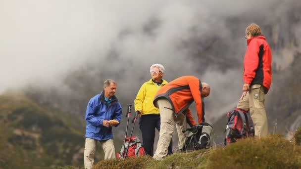 čtyři starší turisty