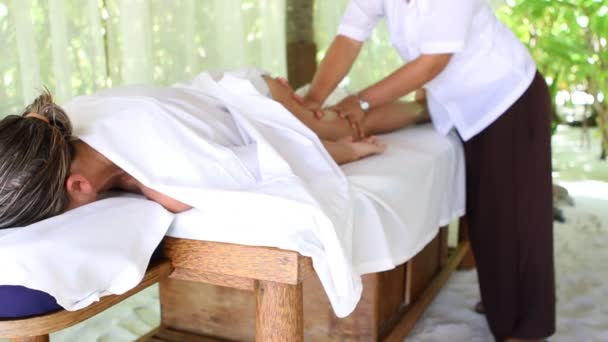 masáž nohou se těší
