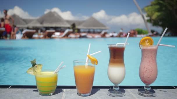vier bunte Cocktails