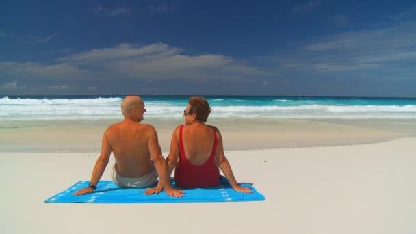 starší pár objímání na beachtowel