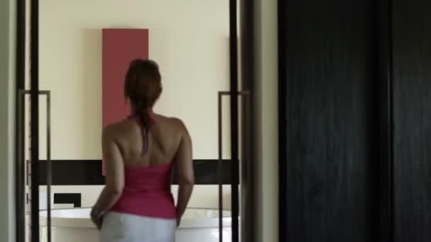 mladá žena příprava vana