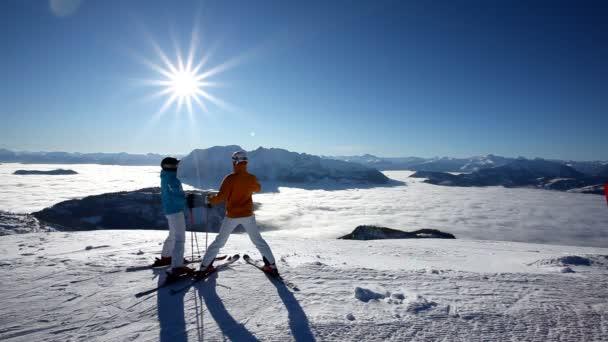 lyžování pár těší nádherný pohled