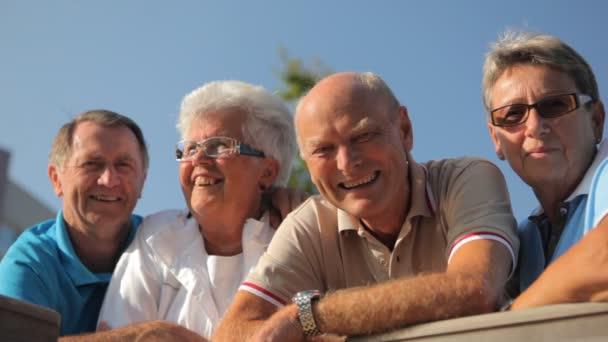 négy boldog mosolygó időseknek
