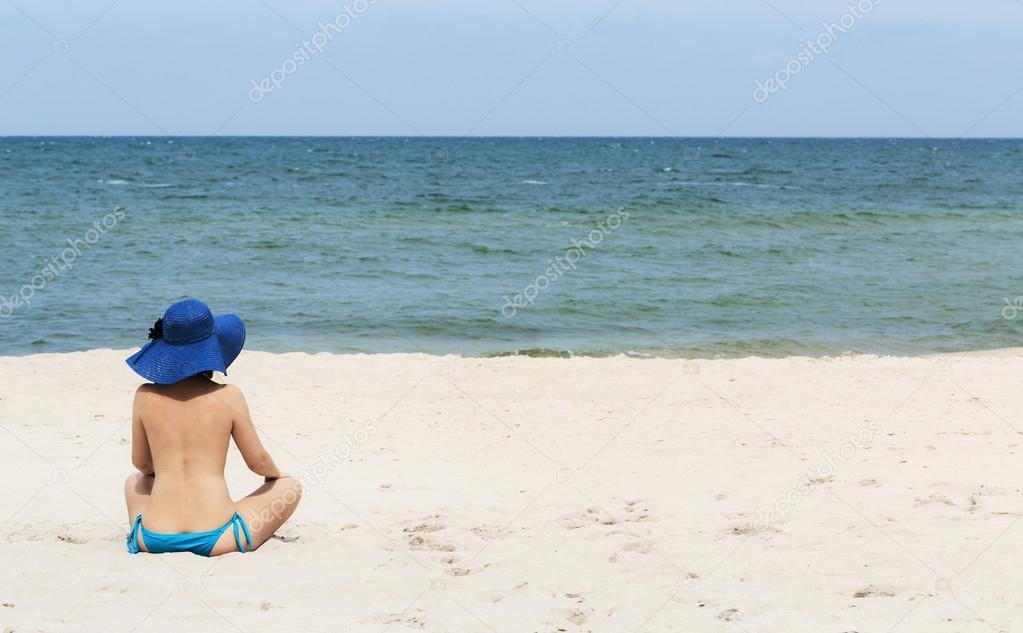 Fotos Espalda En La Playa Mujer Con Sombrero En La Playa Con Su