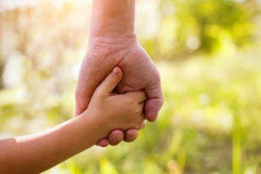 "Картина, постер, плакат, фотообои ""отец и ребенок держатся за руки "", артикул 59486337"