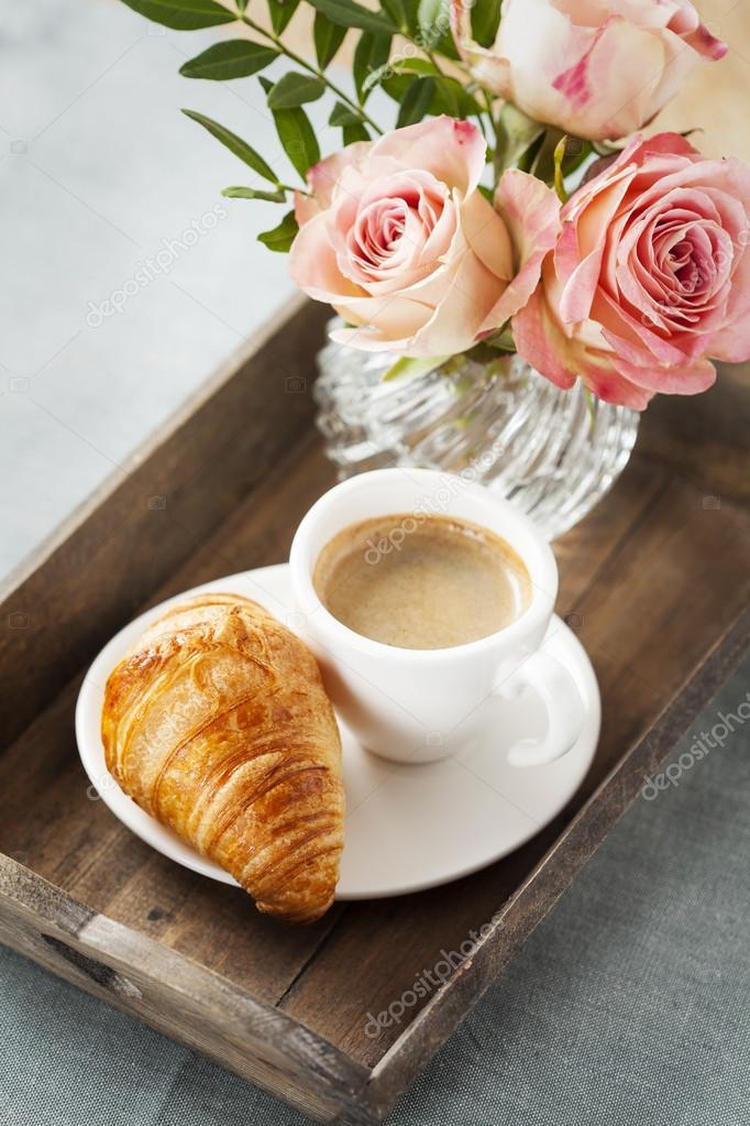 Le petit déjeuner romantique avec café et croissant sur plateau ...