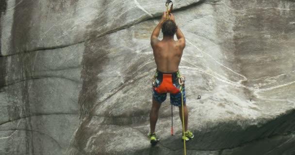 Egy fiatal sportoló mászik a falon egy kanyon