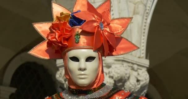 wunderschöne venezianische Masken während des venezianischen Karnevals am 16. Februar 2015 in Venedig, Italien