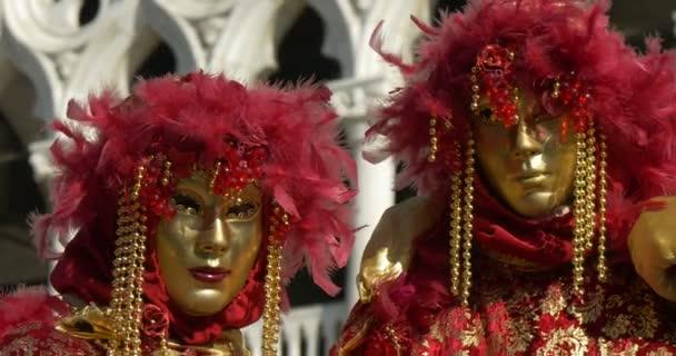 schöne Masken in der Nähe des Dogenpalastes während des venezianischen Karnevals am 16. Februar 2015 in Venedig, Italien