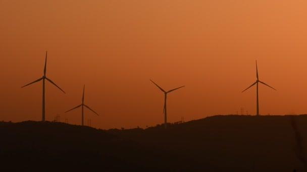 Větrné turbíny v krajině na večer