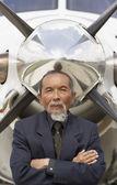Fotografie Asiatische Geschäftsmann vor Flugzeug