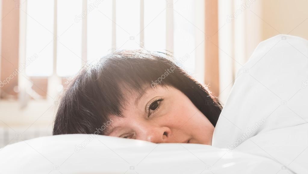 Женщины средних лет в постели — pic 3