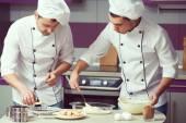 Fotografie Tiramisu-Kochen-Konzept. Porträt von zwei arbeitenden Männer Kochen un