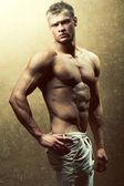 Fotografia concetto di bellezza  moda maschile. Ritratto di bello muscoloso mal