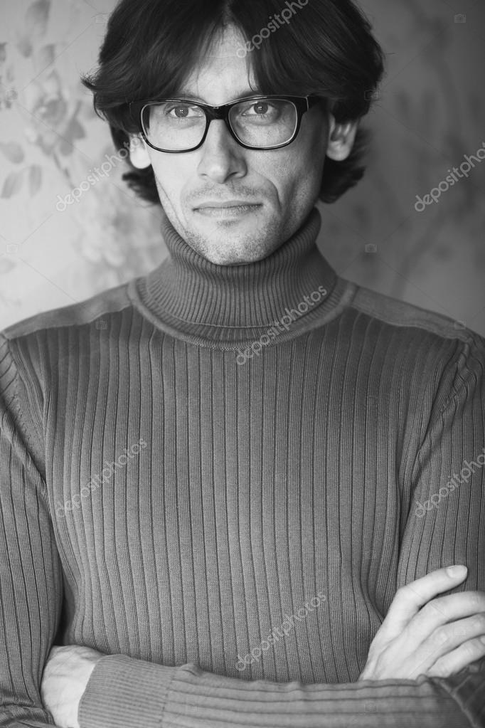 a9b9a16081 Portrét usmívající se mladý pohledný muž nošení brýlí vinobraní pozadí.  Módní rolák. Dokonalé dlouhé lesklé vlasy. Yves Saint Laurent styl.