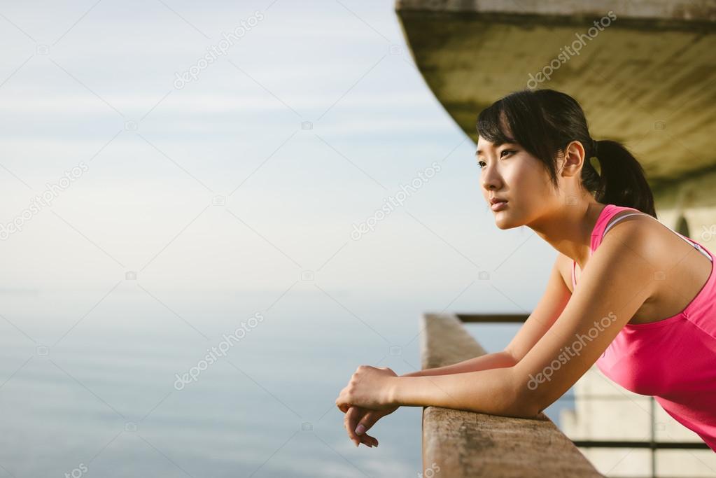 海を見て物思いにふけるフィット...