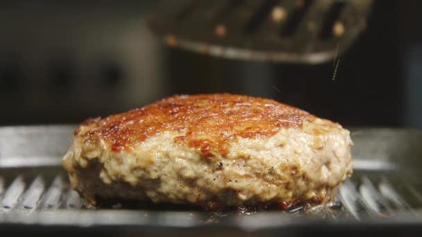 Kuchař se přetočí biftek na grilu