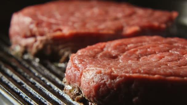 Krev biftek na grilu