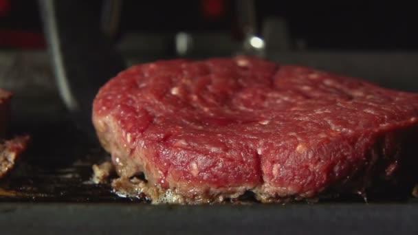 Pomalu: Cook přetočí z krve biftek na grilu