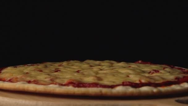 Pomalé: Plátky salám klesnout na pizzu