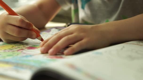 Sledování: Dětské ruce barvy oranžové tužky na papíře