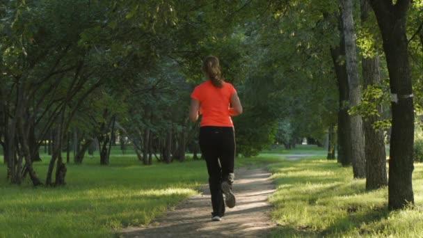 Rallentatore: Giovane donna corre su un percorso