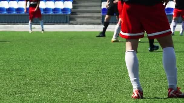 Fußball: Ein Spieler ist auf einem Feld stehen.