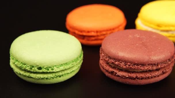 Řádky z barevné makaróny je na černém stole