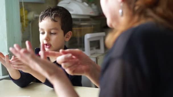 Malý chlapec se počítá na prstech