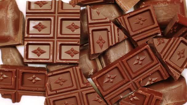 Mléko se postupně naplňuje čokoládové figurky