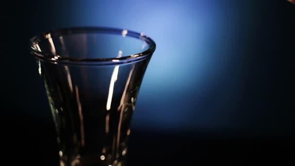 Flaška vodky dává do hromady