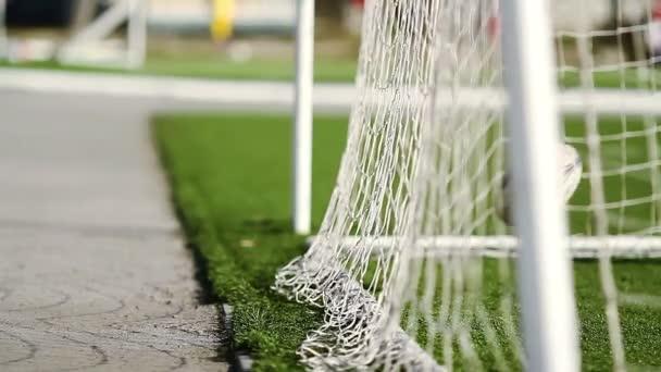 Futball-labda repül a labdarúgás cél