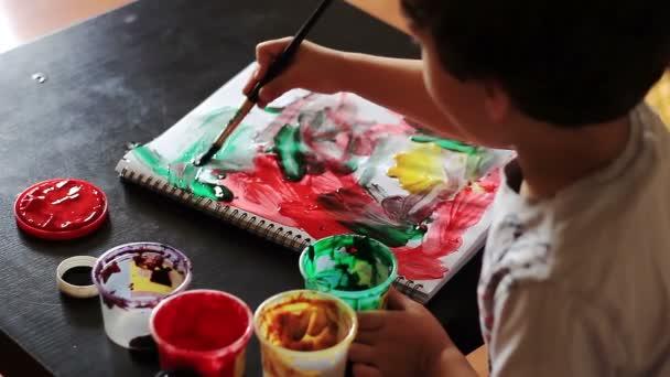 Felülnézet fiú felhívja a festékek absztrakt rajz