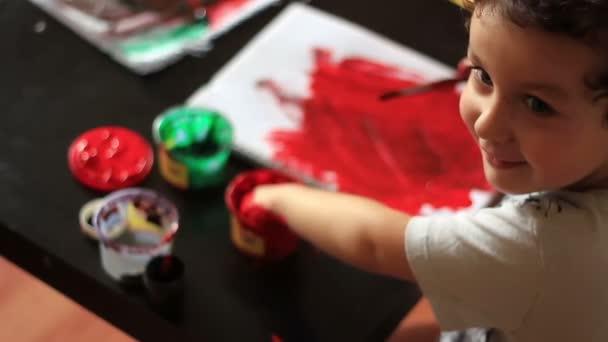 Portrét chlapce, roztomilý znečištěné ruce s akvarely