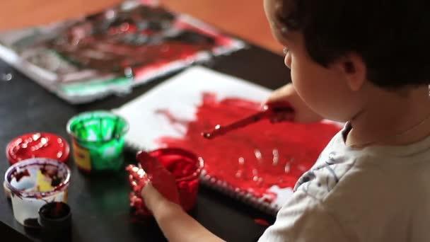 Kind malt ihre Hand rot Aquarell malen