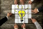 Pohled z vysoké úhlu podnikatelé rukou dotýká Arran White Paper