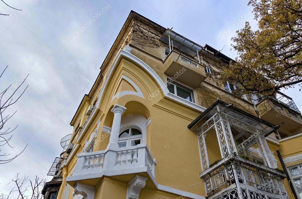 Fragment van oude renovatie huis met hoek balkon u stockfoto