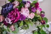 Regolazione della tabella al ricevimento di nozze. G e decorazione floreale