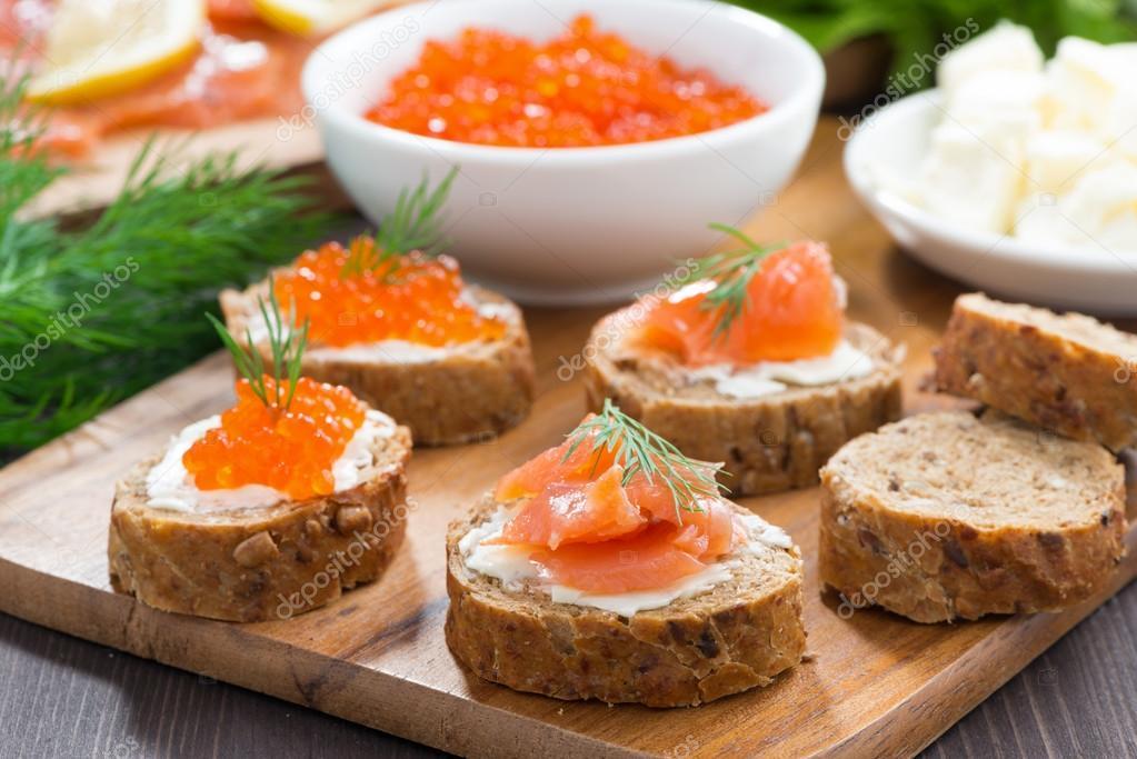 amuse bouche toast au caviar de saumon et rouge sal photographie cook inspire 73734285. Black Bedroom Furniture Sets. Home Design Ideas