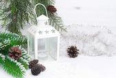 hořící lampu, větve stromů a vánoční pozlátko