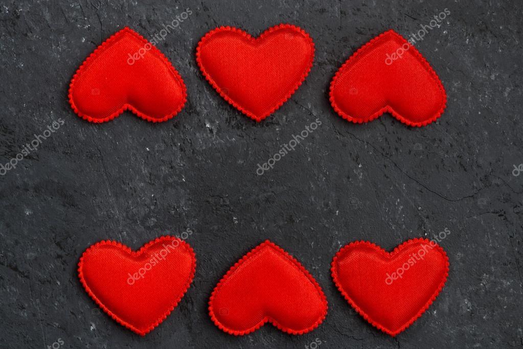 Schwarzer Stein Hintergrund mit Rahmen aus roten Herzen — Stockfoto ...