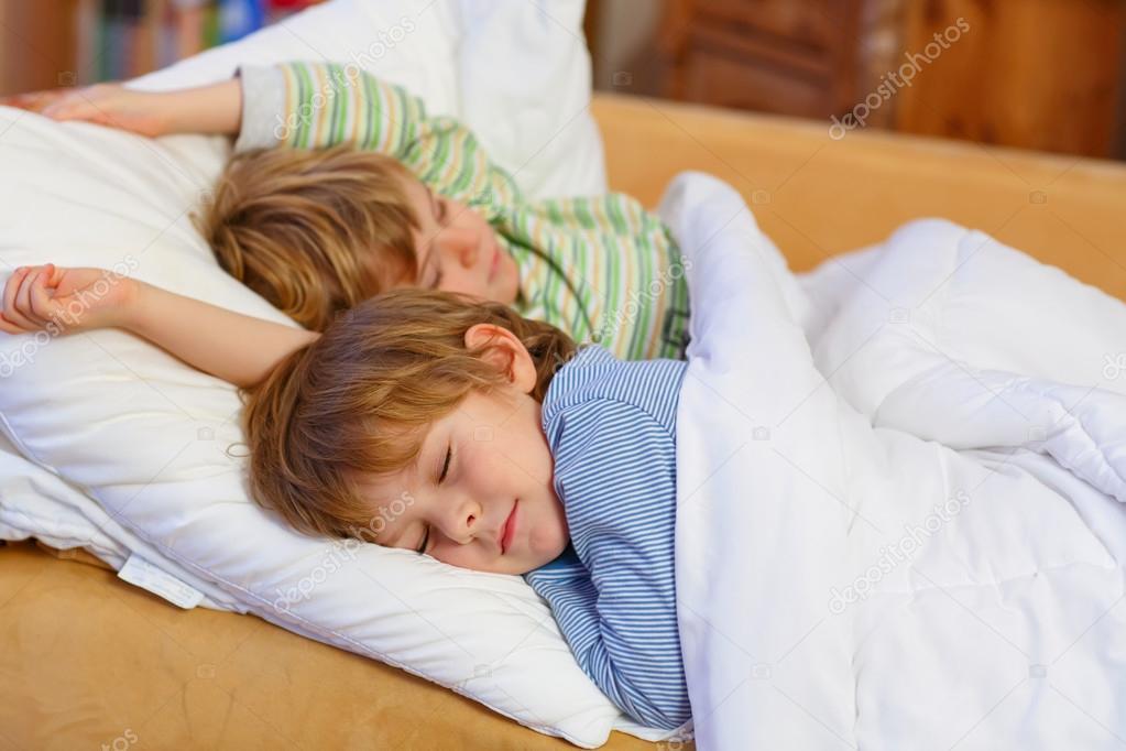 смотреть брат трахнул сестру во время сна