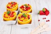 Fotografie Obstsalat in ausgehöhlte orange