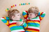 Dva malé sourozence dítě chlapce baví společně, uvnitř