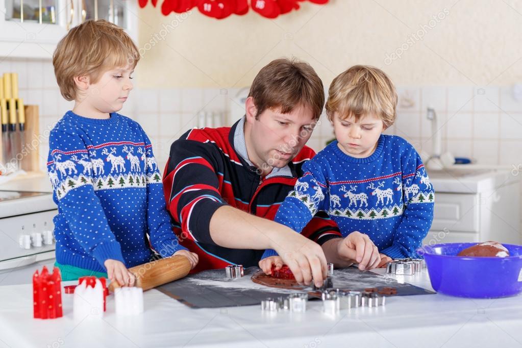Iki Küçük çocuk çocuklar Ve Gingerbread çerezleri Fırın Baba Stok