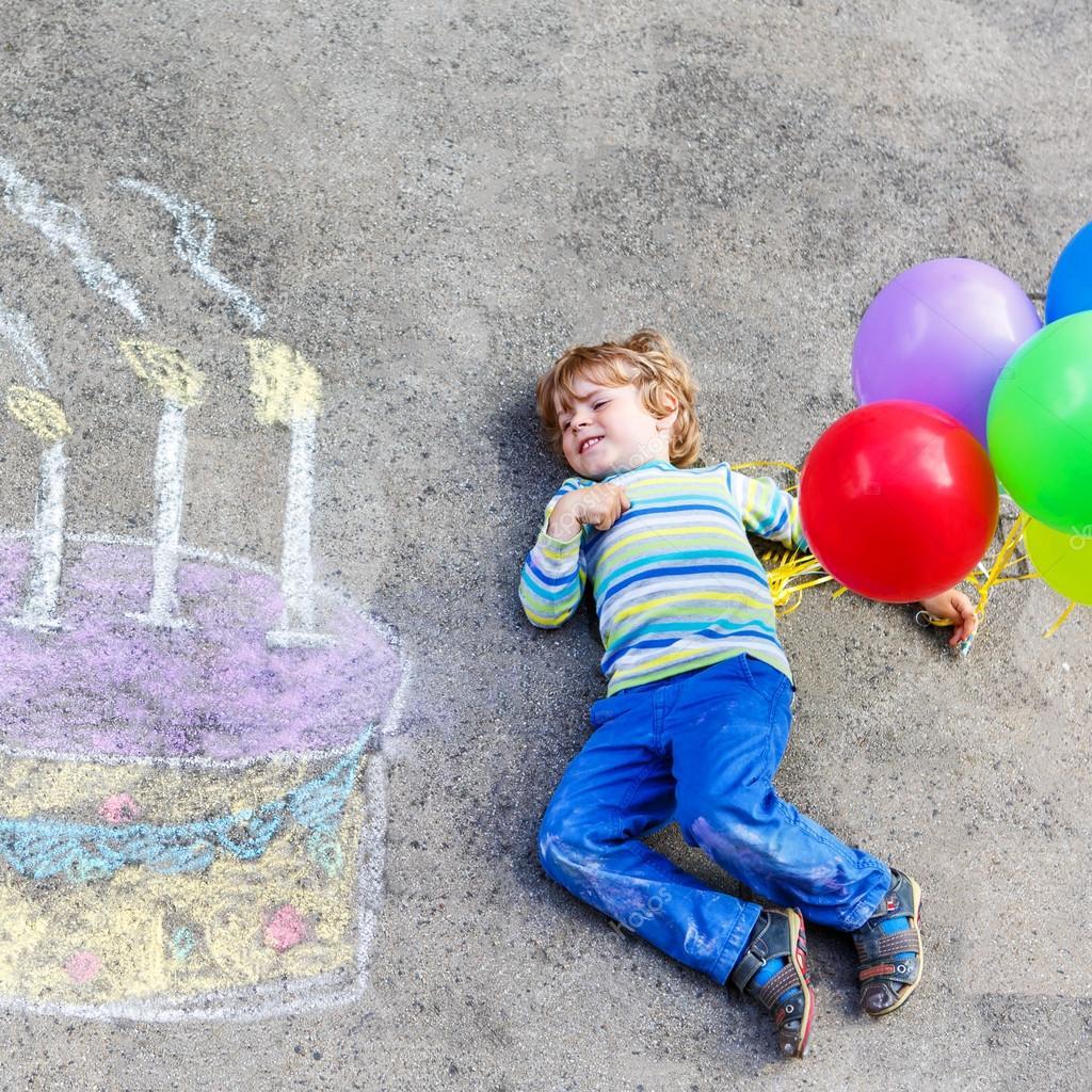 Kid niño divirtiéndose con pastel de cumpleaños colorido dibujo con ...