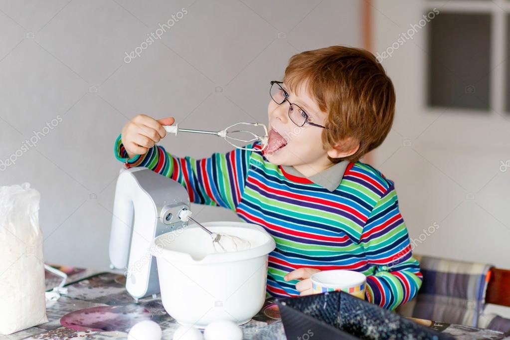 Lustige Blondes Kind Junge Drinnen Kuchen Backen Stockfoto