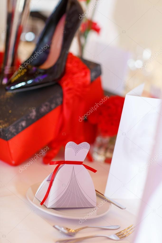Elegante Tisch Set In Rot Schwarz Weiss Fur Hochzeit Stockfoto