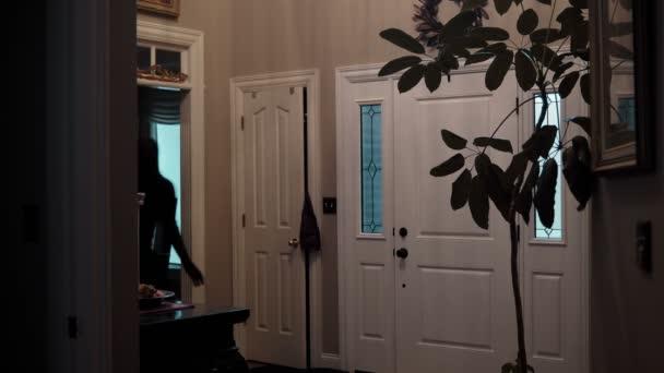 árnyék figura fut keresztül ház